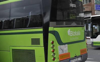 Dos heridos leves al chocar su coche contra un autobús en Erandio