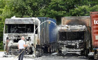 Investigan un incendio en Larrabetzu que destruye dos camiones y daña otros dos
