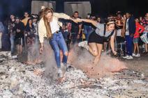 El fuego enciende la noche de San Juan en los barrios de Vitoria