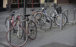 Una vecina de Vitoria graba con su móvil a unos ladrones de bicis y evita que se las lleven
