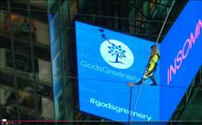 Los hermanos equilibristas Nik y Lijana Wallenda cruzan Times Square a 25 pisos de altura