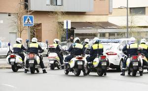 Un turismo circula 30 metros sobre dos ruedas por Vitoria tras chocar contra un coche aparcado