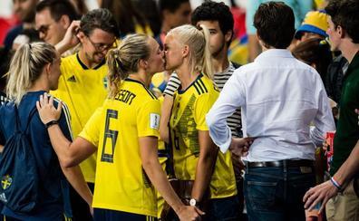 Un beso viral de dos rivales... que son pareja