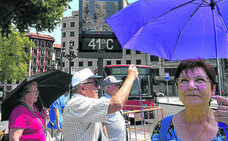 Un paseo por el Bilbao más tropical: «Con este calor no se puede currar»