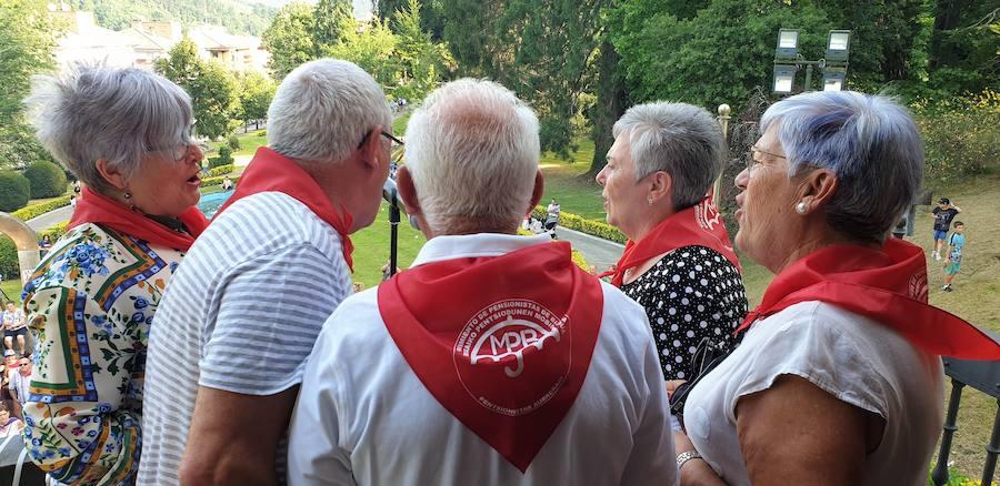 Pañuelos rojos por bandera en las fiestas de Berriz