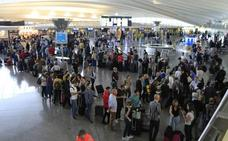 26 vuelos corren el riesgo de cancelarse hoy en el primer día de paros en el aeropuerto de Loiu