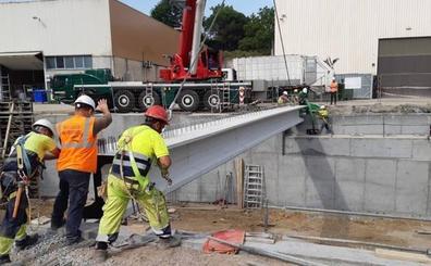 El nuevo puente sobre el río Asua en Sondika empieza a tomar forma