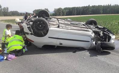 Hospitalizada tras volcar su coche en Lantarón