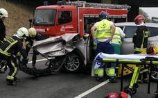 Dos personas heridas tras un choque entre un camión y un turismo en la A-1