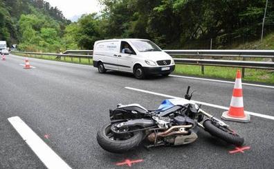 Fallece un motorista de Deba de 61 años tras sufrir una caída en la AP-8
