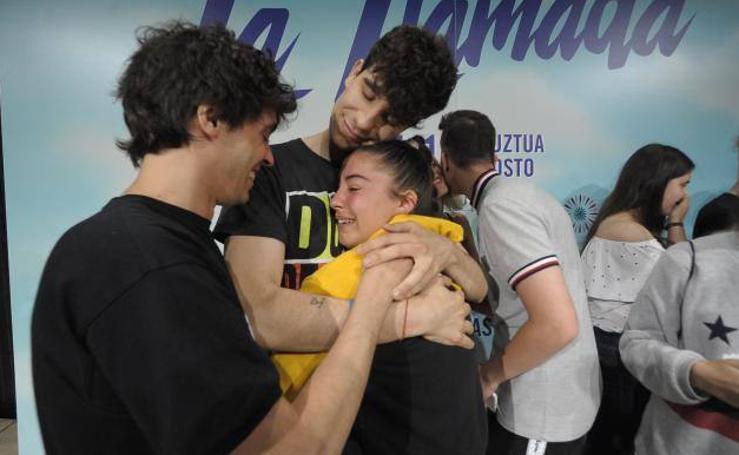 Los Javis reciben el cariño de sus fans en Bilbao
