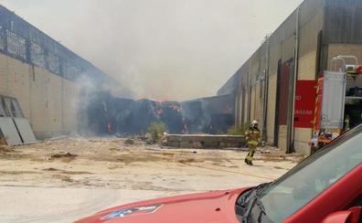 Arde un pabellón de fardos de paja en Elburgo