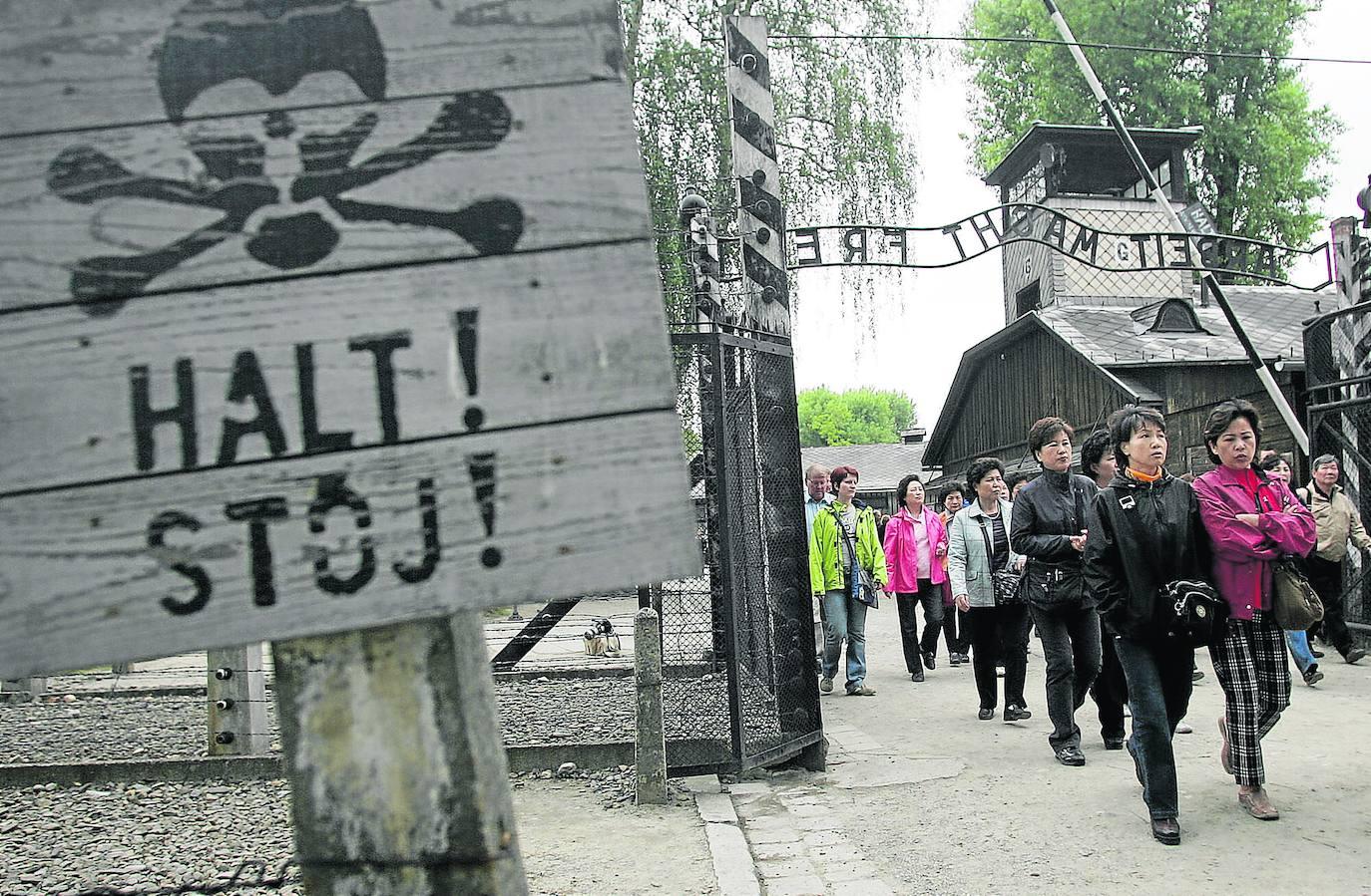 Auschwitz quiere erradicar los selfis y las «bromas estúpidas» de sus 2,15 millones de turistas anuales