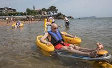 Las playas de Laidatxu, Arrigorri e Isuntza rompen barreras con el baño asistido