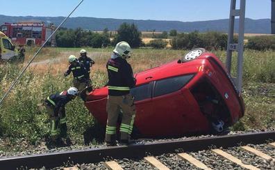 Un herido tras salirse de la calzada y caer sobre las vías del tren en San Millán