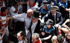 Insultan e increpan al alcalde de Pamplona durante la procesión de San Fermín