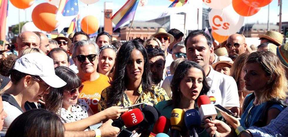 Dirigentes de Ciudadanos acaban siendo escoltados en la marcha del Orgullo