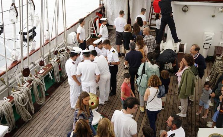 Cientos de personas visitan el 'Juan Sebastián Elcano' en Getxo