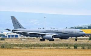 Un avión de la fuerza aérea francesa aterriza en Foronda