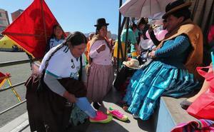 Del mercado a la cancha, las 'caseritas' bolivianas se ponen la camiseta