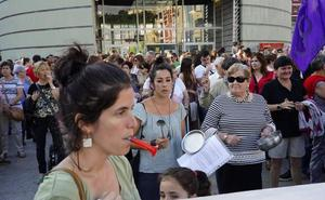 Indignación y ruido para mostrar apoyo a la víctima de la agresión sexual en Erandio