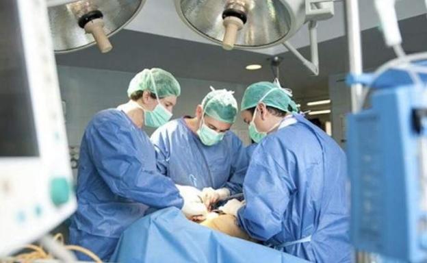 Médicos operando en un quirófano./Efe