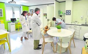 Cruces humaniza la sala de descanso y duelo de Oncología