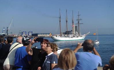 El 'Juan Sebastián Elcano' leva anclas tras recibir a miles de personas en Getxo