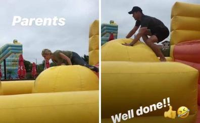 Elsa Pataky y Chris Hemsworth disfrutan como niños en Bidart