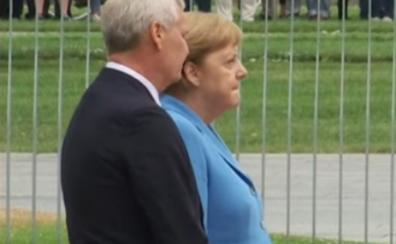 Merkel tiembla en un acto público por tercera vez