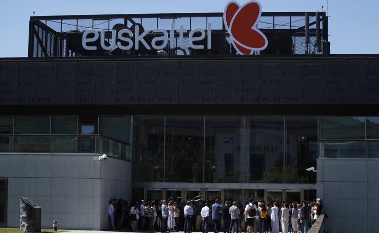 La concentración de los trabajadores de Euskaltel, en imágenes