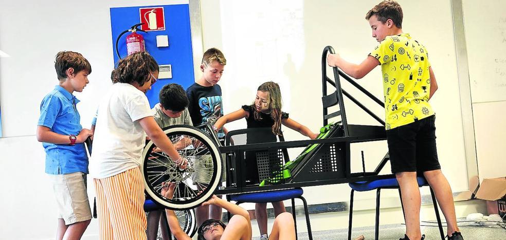 Escolares de 8 a 12 años aprenden a montar un coche eléctrico en la 'cantera' de la automoción