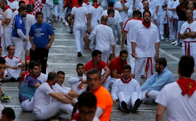 Sentada de protesta de los corredores en San Fermín: «Es un clamor que el encierro actual está totalmente adulterado»