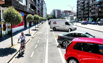 Coches aparcados para proteger los carriles bici