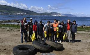 Voluntarios retiran hoy basura de rocas y acantilados de la playa de Arrigunaga