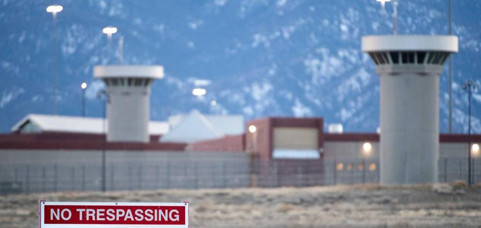 Aislamiento total y encadenados. Así es la prisión donde podría acabar 'El Chapo' Guzmán