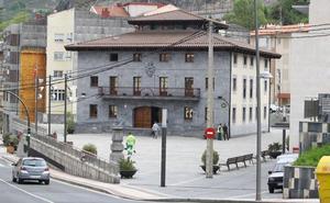 Un exalcalde de Alonsotegi admite pagos irregulares ante la juez, pero dice que no hubo daño para el Consistorio
