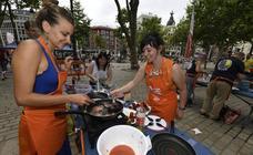 Las comparsas hacen marmitako en El Arenal