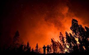 Más de mil bomberos luchan contra los incendios en Portugal