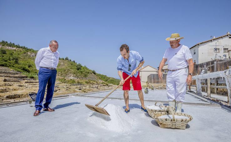 El cocinero alavés Iñaki Murua inaugura la cosecha de la sal