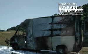 Arde una furgoneta en la N-622, en Zuia, y provoca retenciones