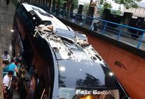 Un autobús se empotra en el túnel de San Antonio en Vitoria