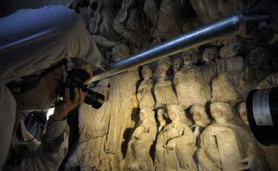 La Xunta declara bien de interés cultural las estatuas del Pórtico de la Gloria en manos de los Franco