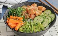 Así puedes cocinar poké de salmón, el plato hawaiano de moda