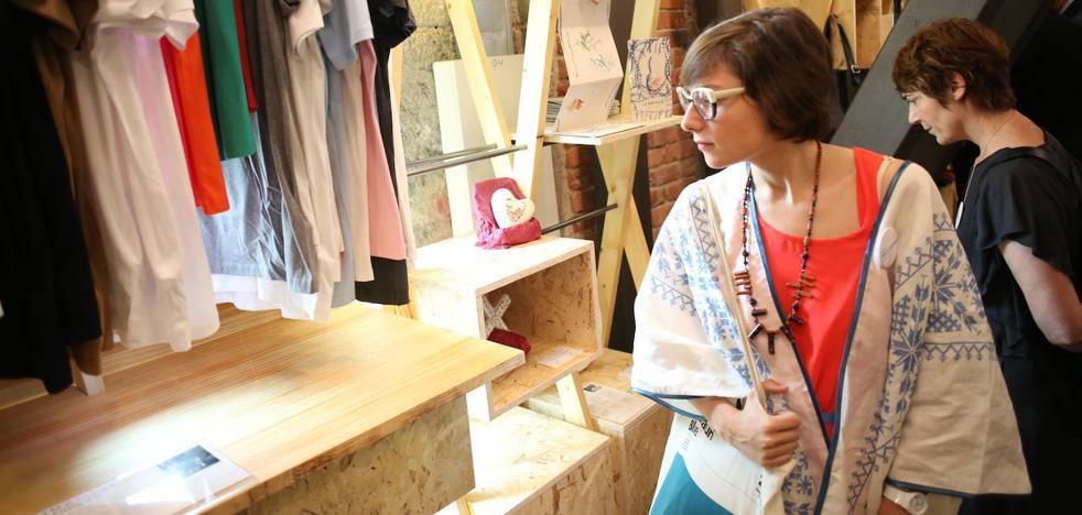 Desde joyas hasta bolsos: los diseños 'made in Bizkaia' que puedes comprar en La Alhóndiga