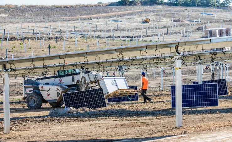 Instalación de placas en el parque solar de Arasur