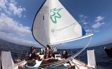 Un velero hace campaña en Getxo por la llegada masiva de cruceros