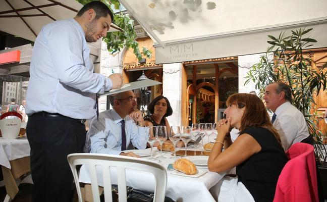 Los vascos reducimos el gasto en restaurantes y alcohol e invertimos más en salud