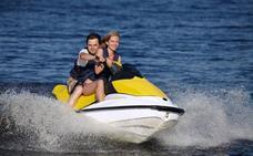Motos acuáticas para cabalgar sobre las olas en la costa vasca