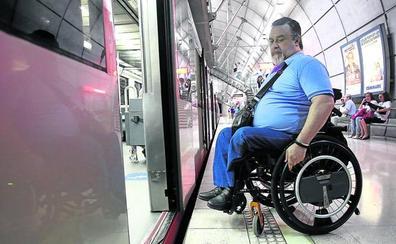 «Subir al metro en silla de ruedas es como practicar un deporte de riesgo»
